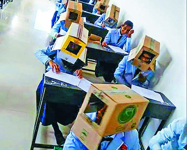 ■印度巴加特大學預科學院學生, 頭戴「紙箱」考試防作弊。