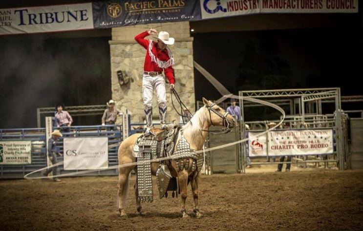 去年牛仔競技團的騎馬表演。Industry Hills Charity Pro Rodeo Facebook