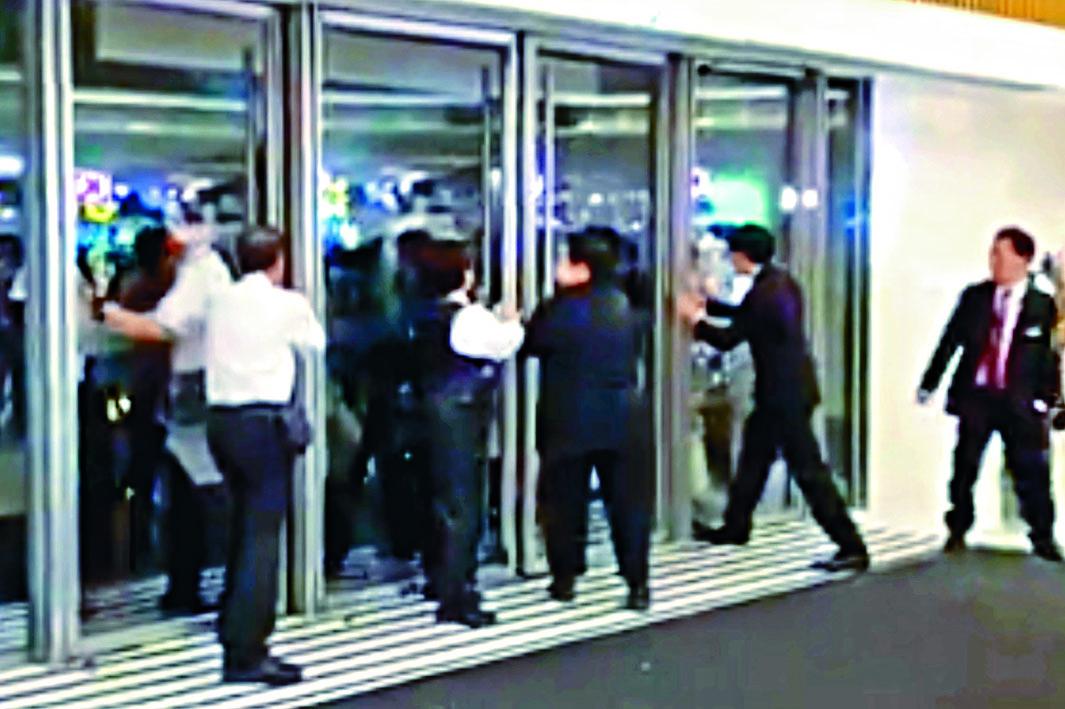 防暴警周一進入新港城中心執法,但一度遭保安員阻撓。