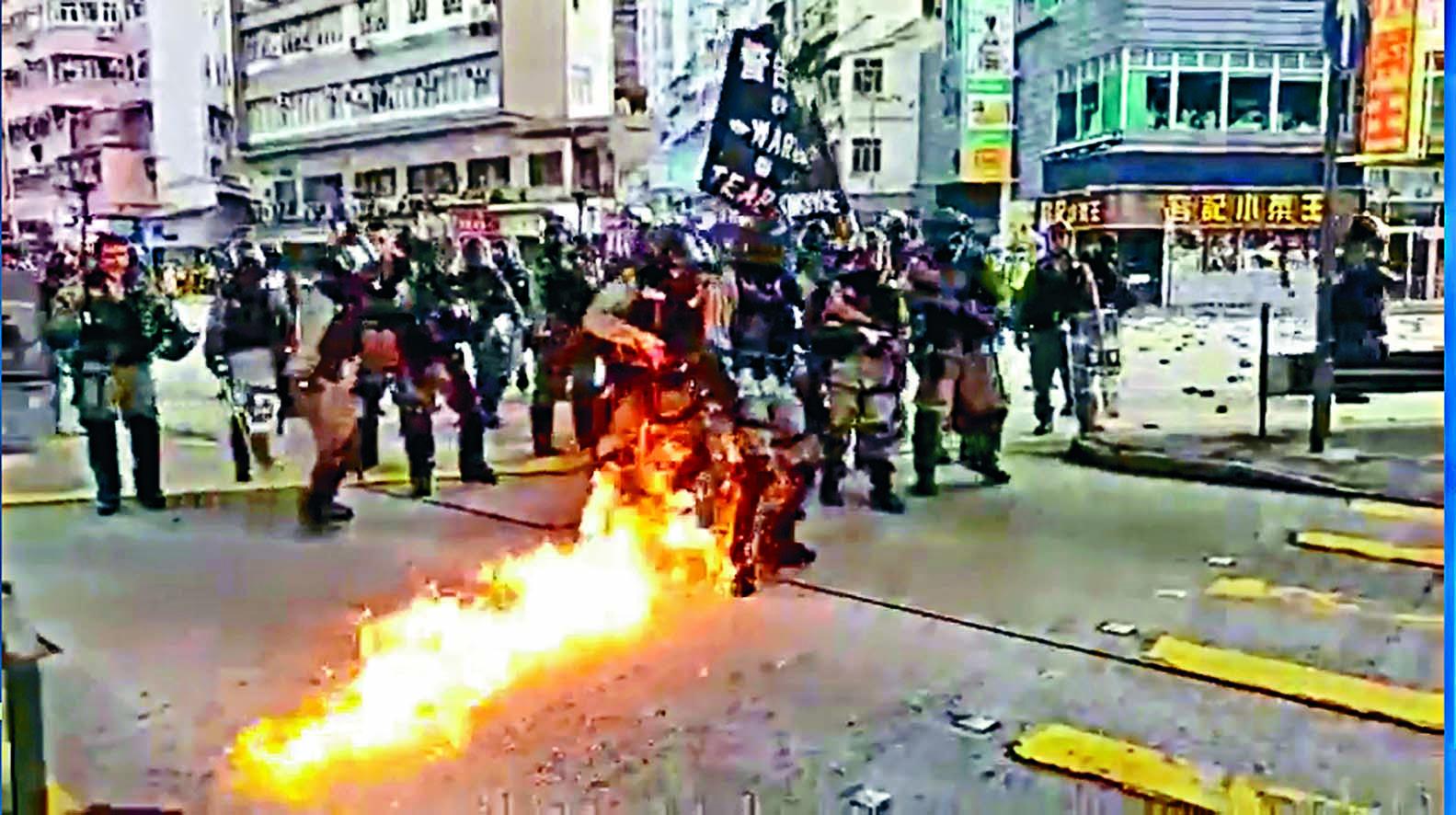 有警員遭汽油彈擊中,褲腳及靴着火,幸及時踩熄避一劫。