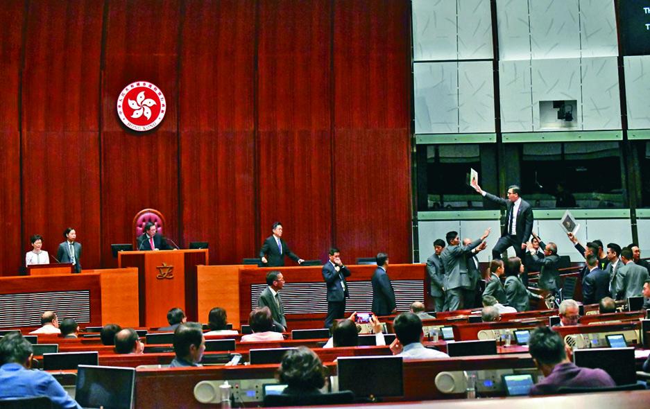 泛民議員在議事廳內抗議,林卓廷一度站立座位上叫囂。