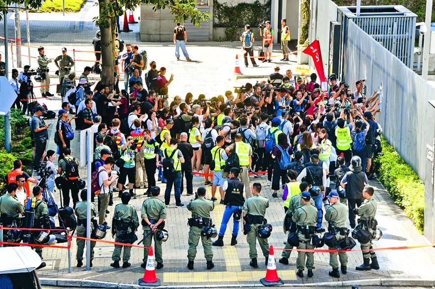 有政黨在特首宣讀施政報告前,到政府總部抗議。
