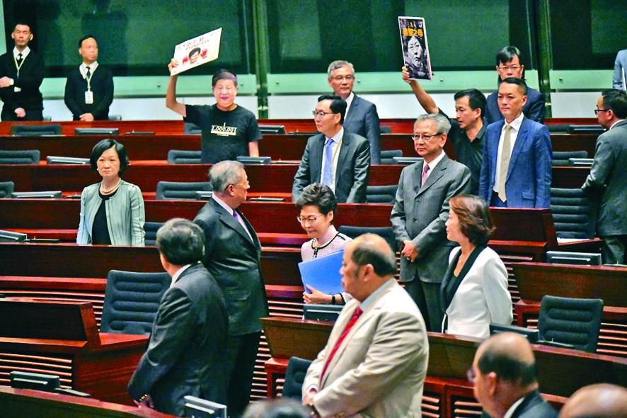 行政長官林鄭月娥進入立法會時,泛民議員不斷舉標語牌叫口號。