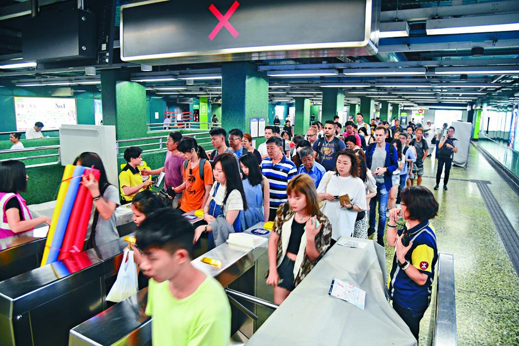 深水埗站昨重開方便市民上班。