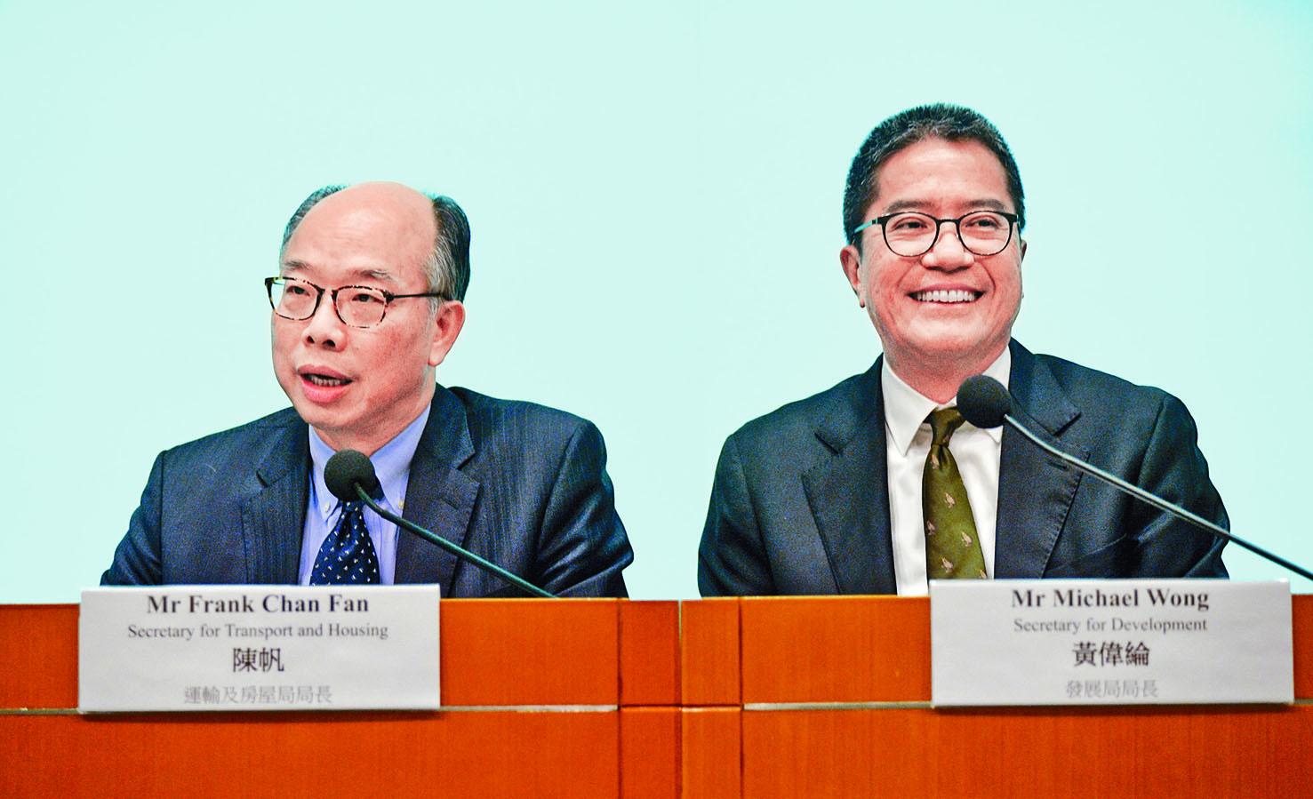 運房局局長陳帆(左)及發展局局長黃偉綸出席記者會,講解《施政報告》相關措施。