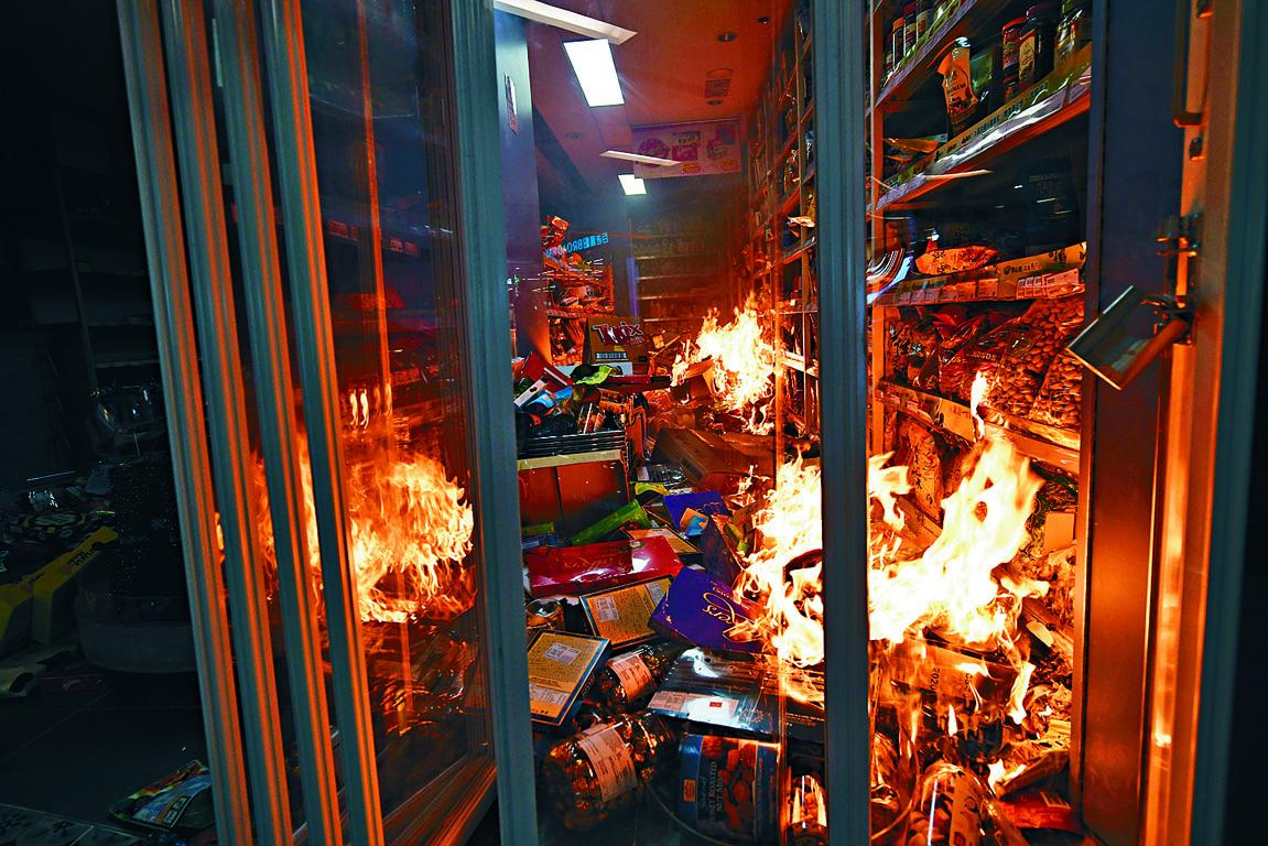 沙田新城市廣場優品360被縱火焚燒。
