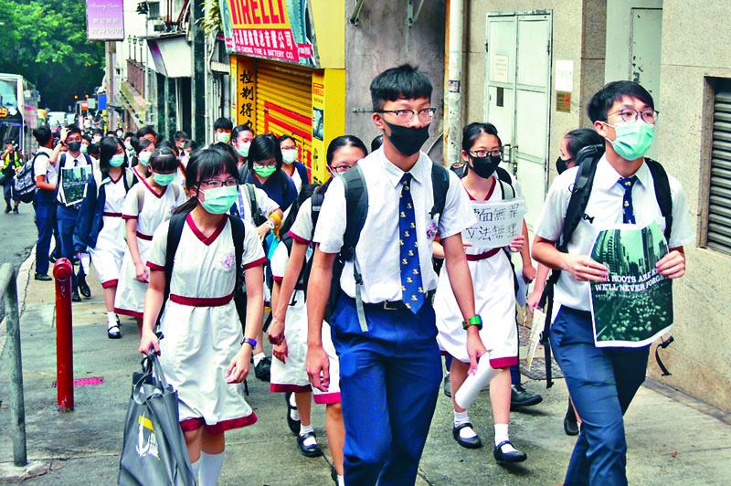 張祝珊中學有學生戴口罩遊行返校。