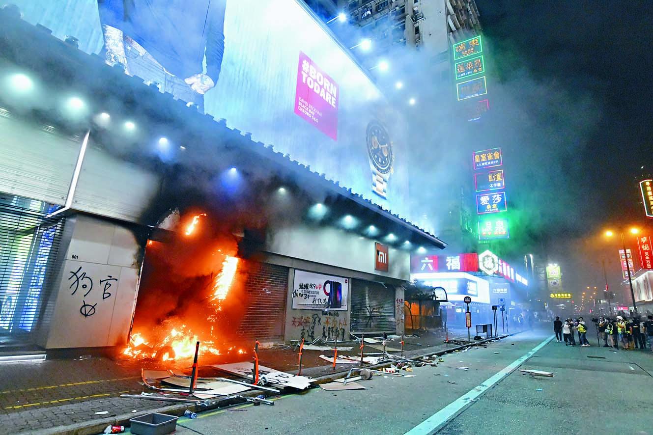 近月示威者屢對中資商鋪縱火,隨時波及民居。