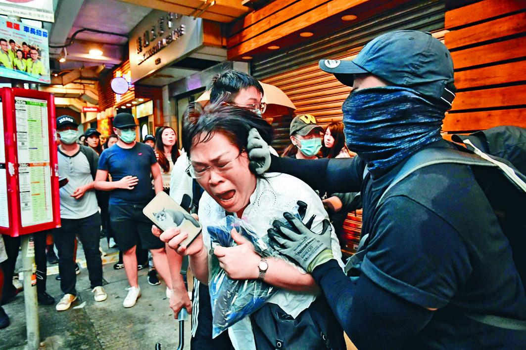 檢控主任邱錦玲前日被黑衣人包圍襲擊。
