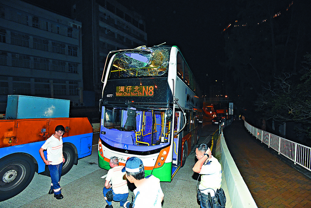 肇事巴士車頭上層損毀。