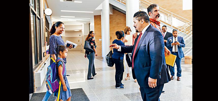 卡蘭薩(右)表示,學生在多元化學校中有理想表現。Mark Abramson/紐約時報
