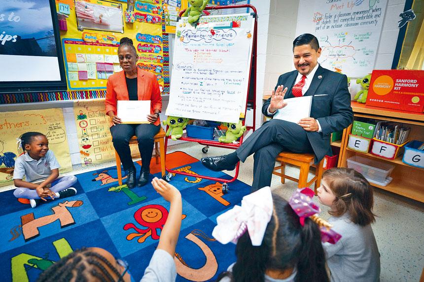 卡蘭薩上月曾表示,今年夏天內增聘了5000多位教師。James Estrin/紐約時報