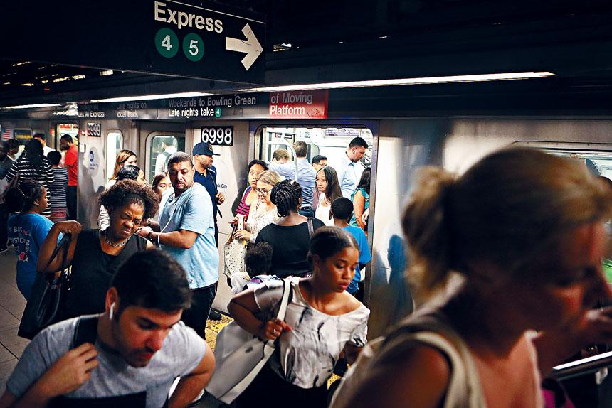 上月地鐵日均乘客量為570萬人次,較去年同期升4.5%。Rick Loomi/紐約時報