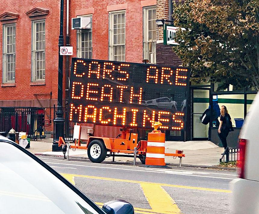 入侵者把路牌字句改為不同反車標語。推特圖片