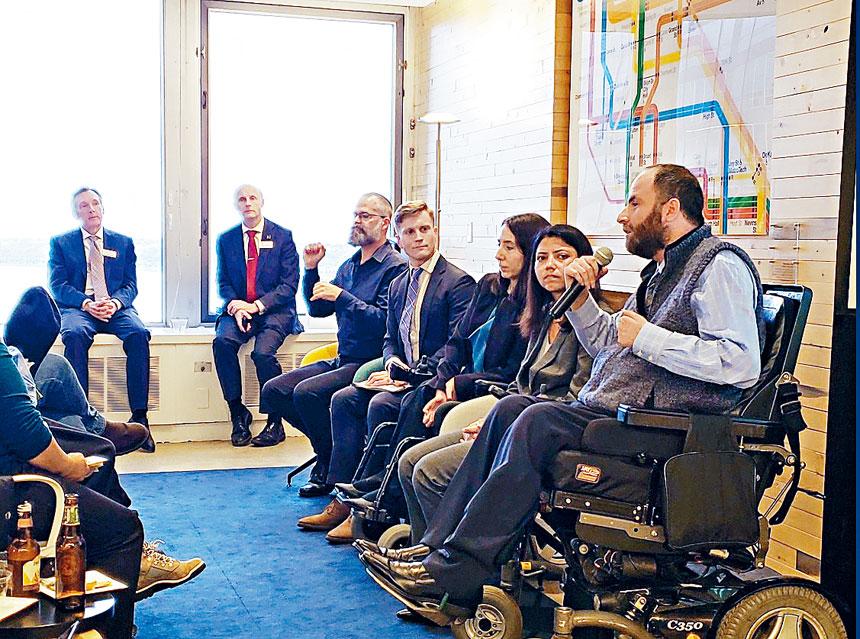 埃萊古丁(左)表示,希望可以帶頭改變無障礙的標準。推特圖片