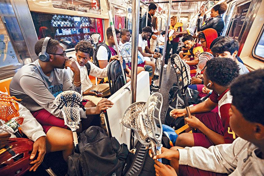 對於不少紐約人來說,繁忙時間擠地鐵上班絕非愉快經歷。Hiroko Masuike/紐約時報