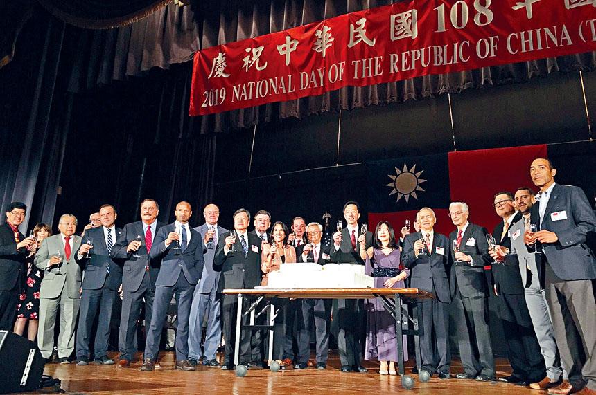 嘉賓們一同舉辦慶祝。