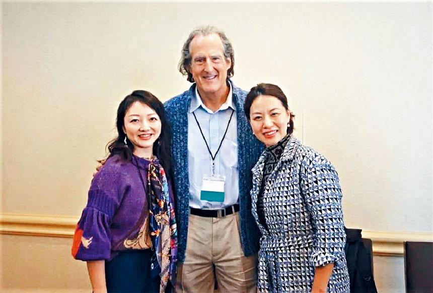 梅洛教授(中)同億孩菁業教育科技集團代表合影。   主辦方提供