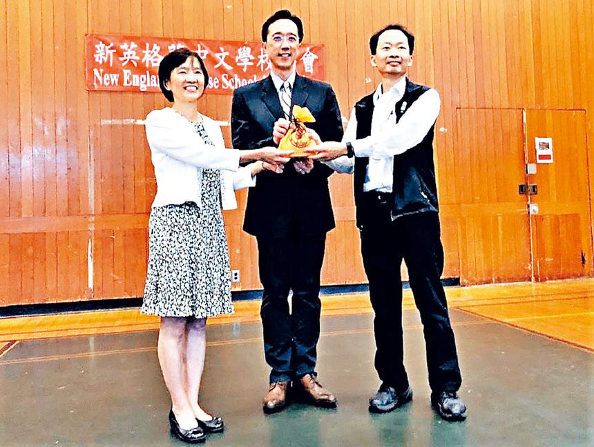 (左起)陳燕貞、徐佑典、黃冠群在交接儀式中。主辦方提供