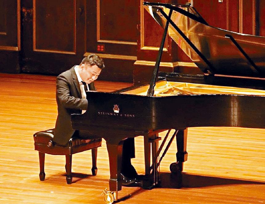 鋼琴家徐洪在表演中。譚嘉陵提供