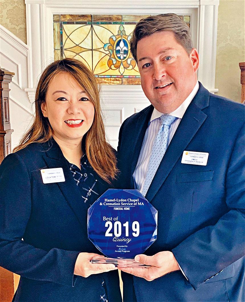 安泰殯儀館代表接受2019昆士市最佳服務獎 。主辦方提供