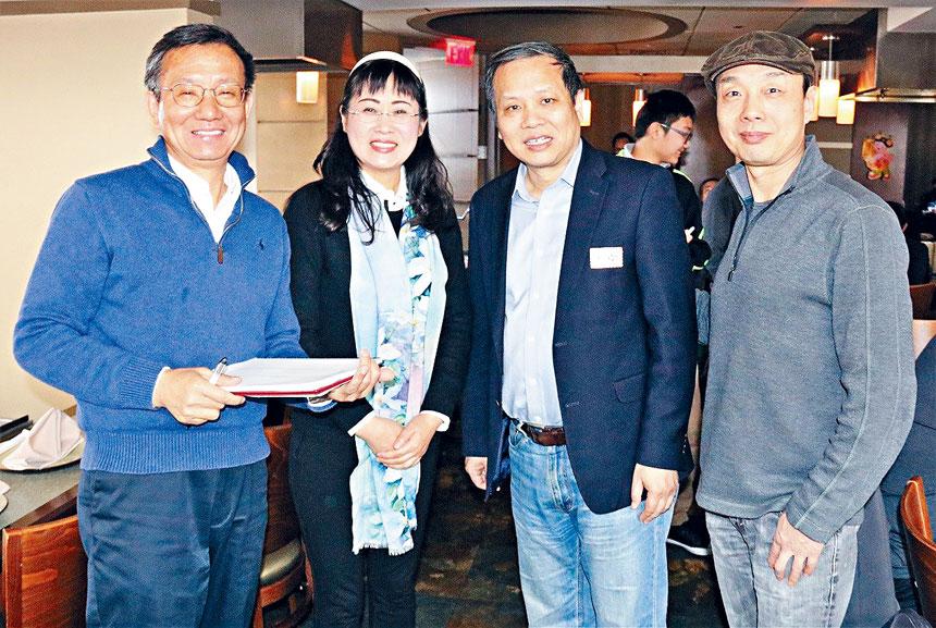 薛海培(右二)出席UCA麻州分會新春聯歡會。檔案圖片