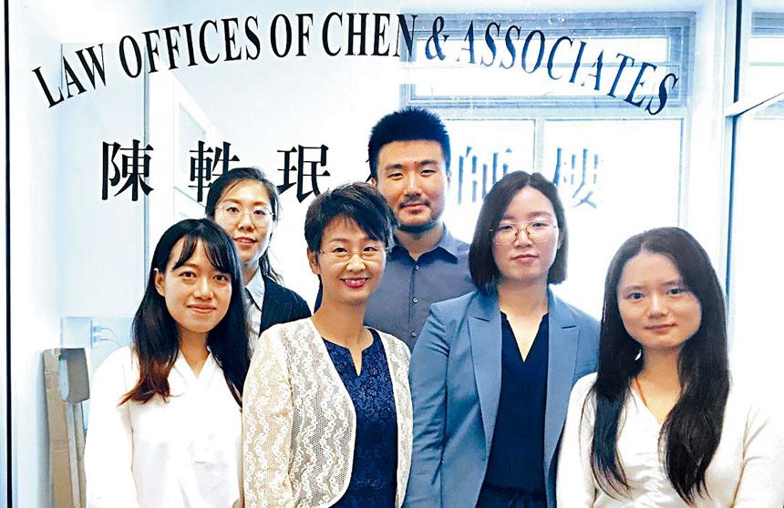 陳軼珉律師(左二) 擁有多州、聯邦出庭律師執照,她帶領經驗豐富的精英法律服務團隊,提供優質的法律服務。