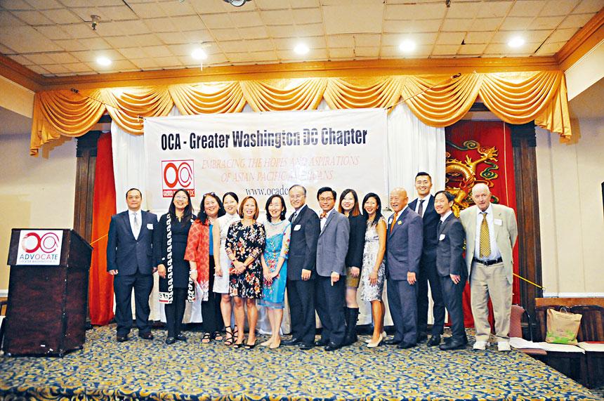 美華協會大華府分會共同主席蔡德良和李偉智,與2019年華府分會理事會成員合影。
