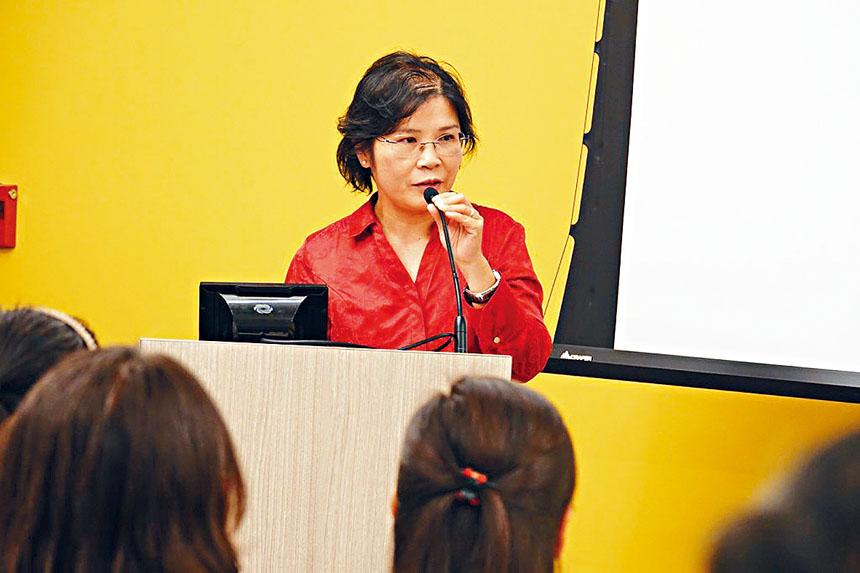CAPA MC主席周定美女士在四個學生俱樂部展示后作總結發言。