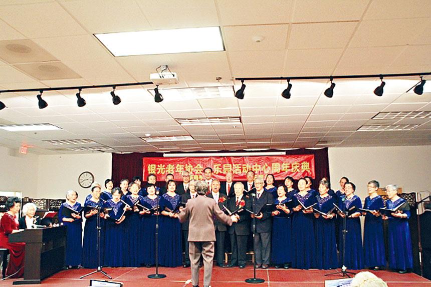 銀光合唱團大合唱表演。