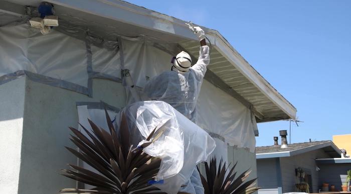 工人在清除鉛塗料。洛縣督察委員會提供