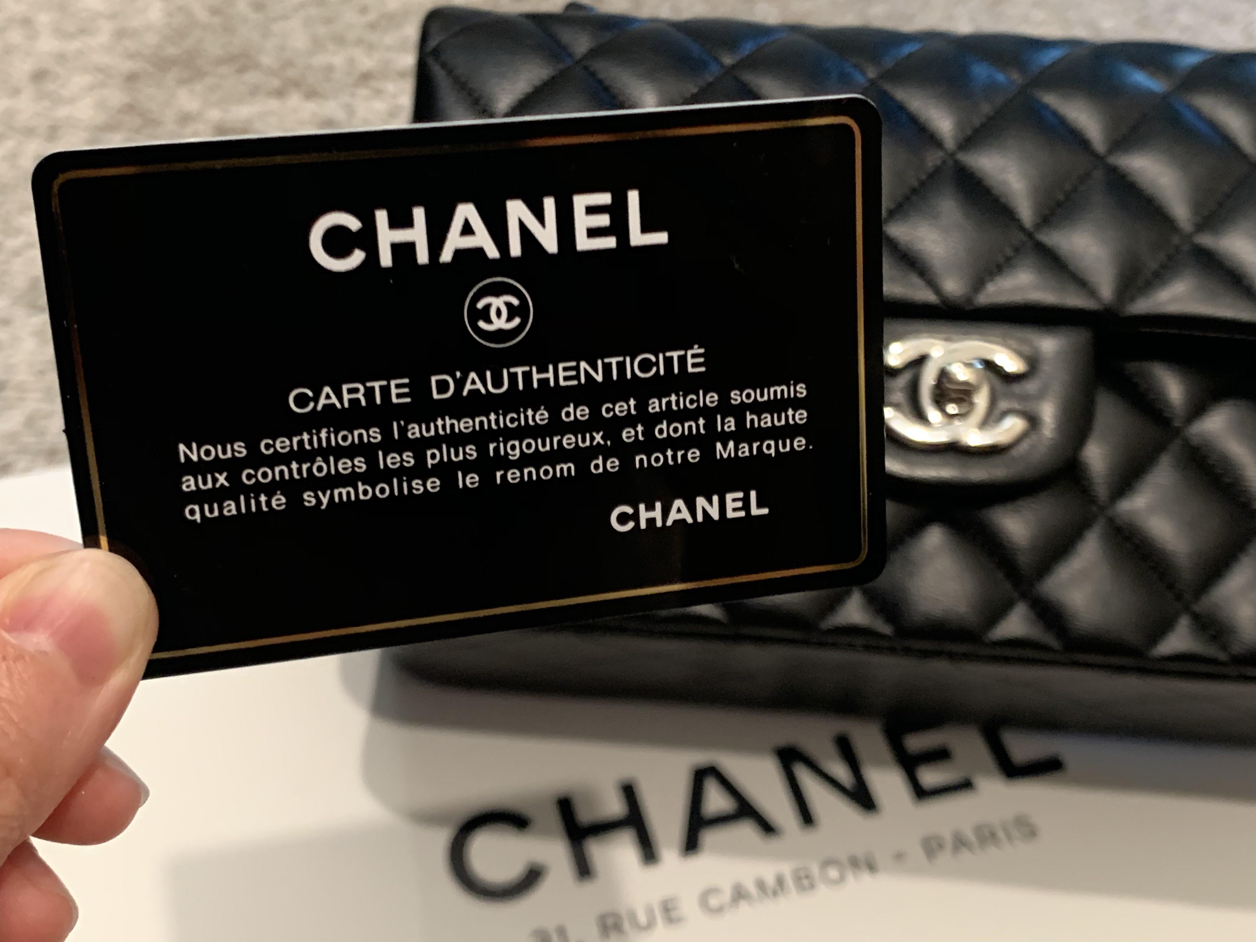 奢侈品牌都會附贈一個「真品卡」(Authenticity Card)來證明真偽。隨身攜帶真品卡出遊,可減少海關查詢的麻煩。記者楊婷攝