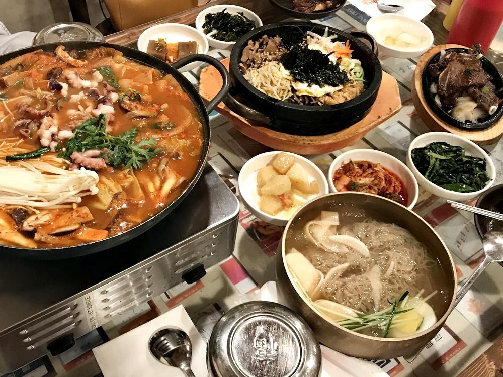 涼麵、烤牛小排、石鍋拌飯、韓式火鍋等,在這裡不僅可以品嚐到各種韓式美食,更能體會來自店家精心佈置的環境所帶來的獨特用餐感受,下次想吃韓式料理時,別忘了這間有趣餐廳的存在。