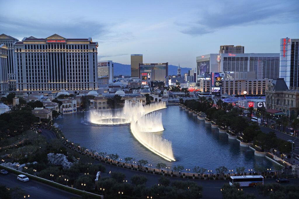 百樂宮以戶外噴泉表演而聞名,本月以42億5000萬元高價出售。美聯社