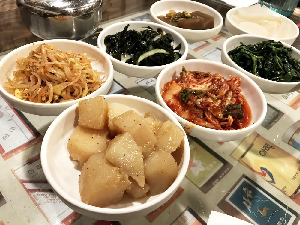 招待的韓式小菜內容雖然沒有像是辣味醃製螃蟹這種少見的美味,但醬汁入味口感鬆軟的馬鈴薯還是挺好吃的。