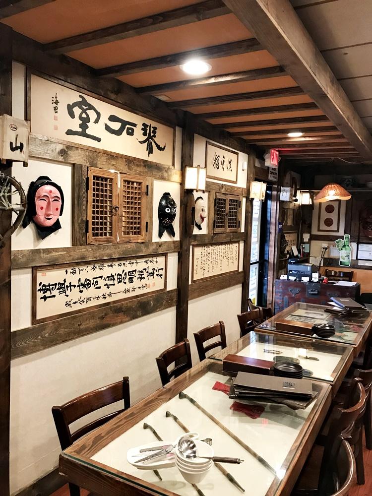 餐廳各處都裝潢著帶有韓式古意的擺設與字畫,從牆上到桌上,幾乎是每一個角落都可以看到吸引目光的有趣之處。