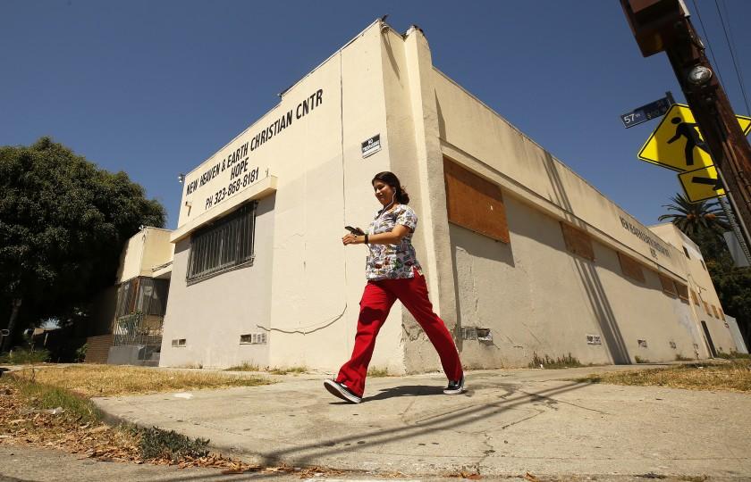 位於第57街的一棟舊教堂建築被改建成非法公寓,洛市警方下令住戶撤離。洛杉磯時報