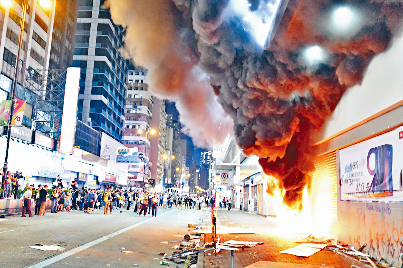 示威者再次到旺角的小米專門店縱火,濃煙沖天。盧江球攝