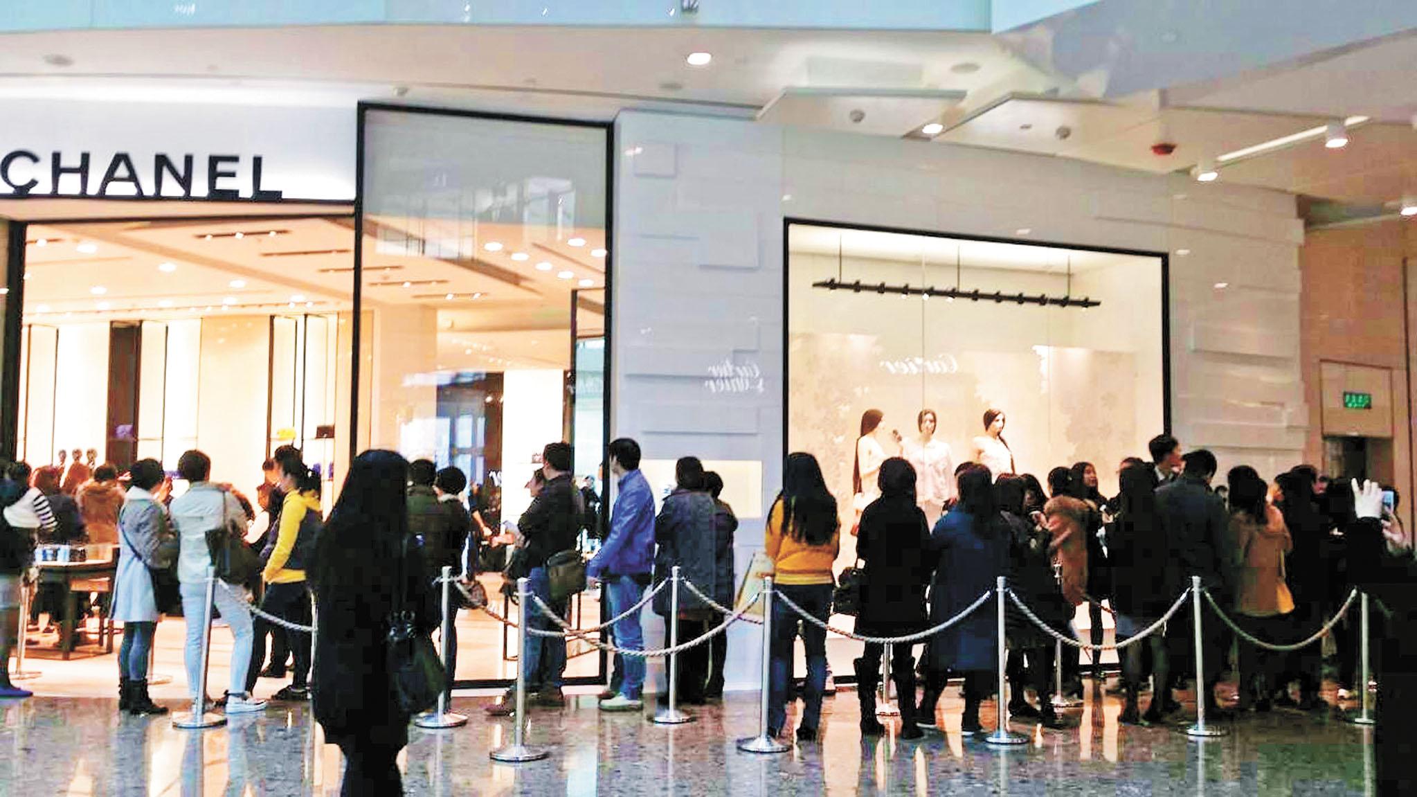 中國民眾財富增長迅速,近年來,消費水平大漲。圖為奢侈品牌上海門店外,不少人排隊購物。中新社資料圖片
