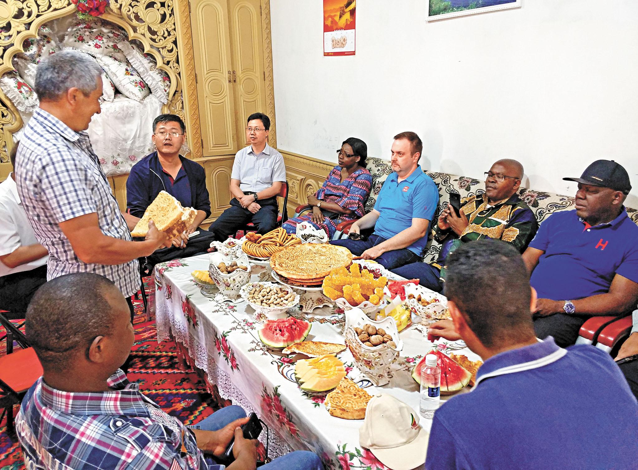 應中國外交部邀請,今年6月18日至21日,15個國家和組織常駐日內瓦代表和主要外交官參觀訪問新疆。圖為參訪團成員在新疆喀什市一戶農家。資料圖片