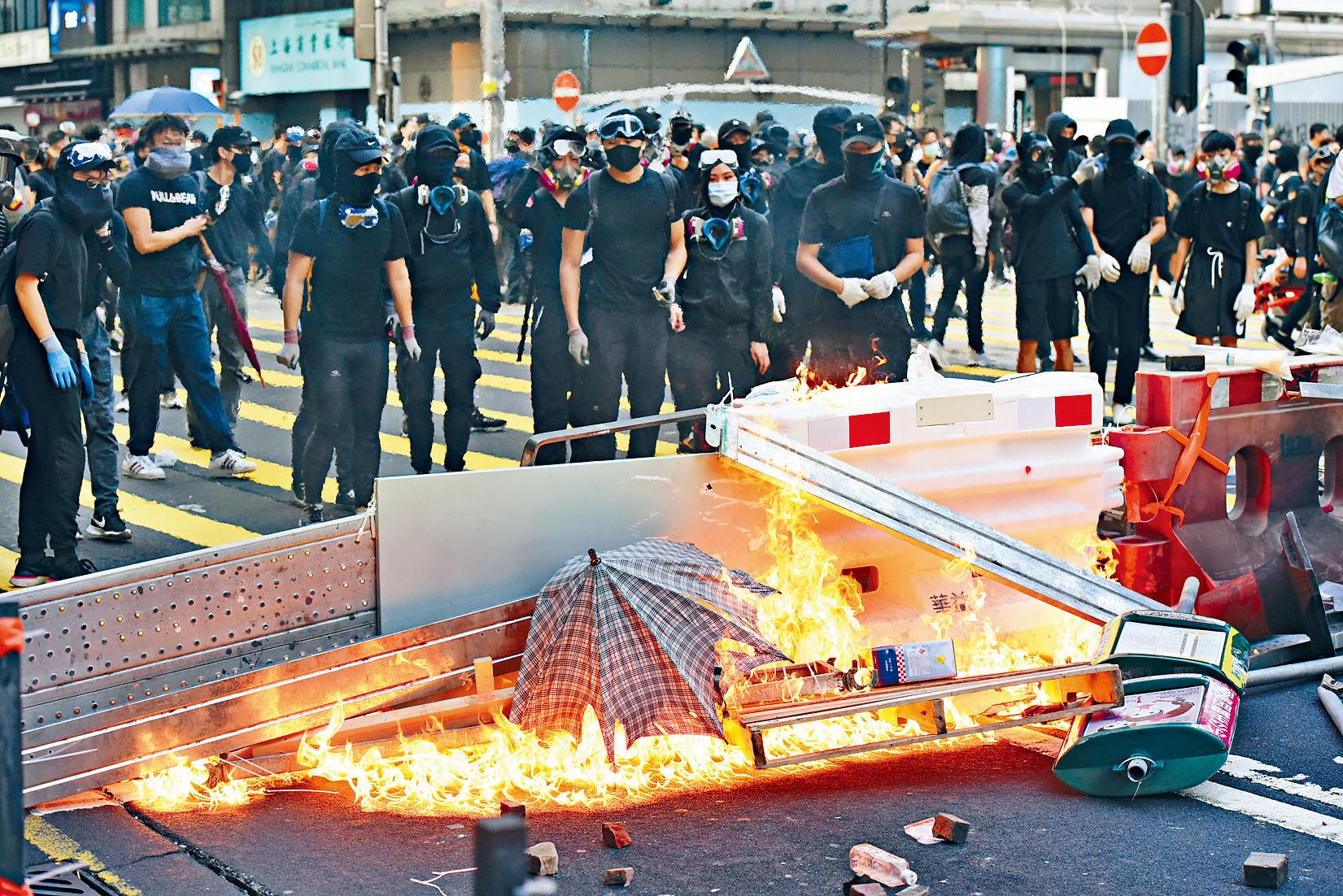 激進示威者四出破壞,並燒著雜物堵路。黃文威攝