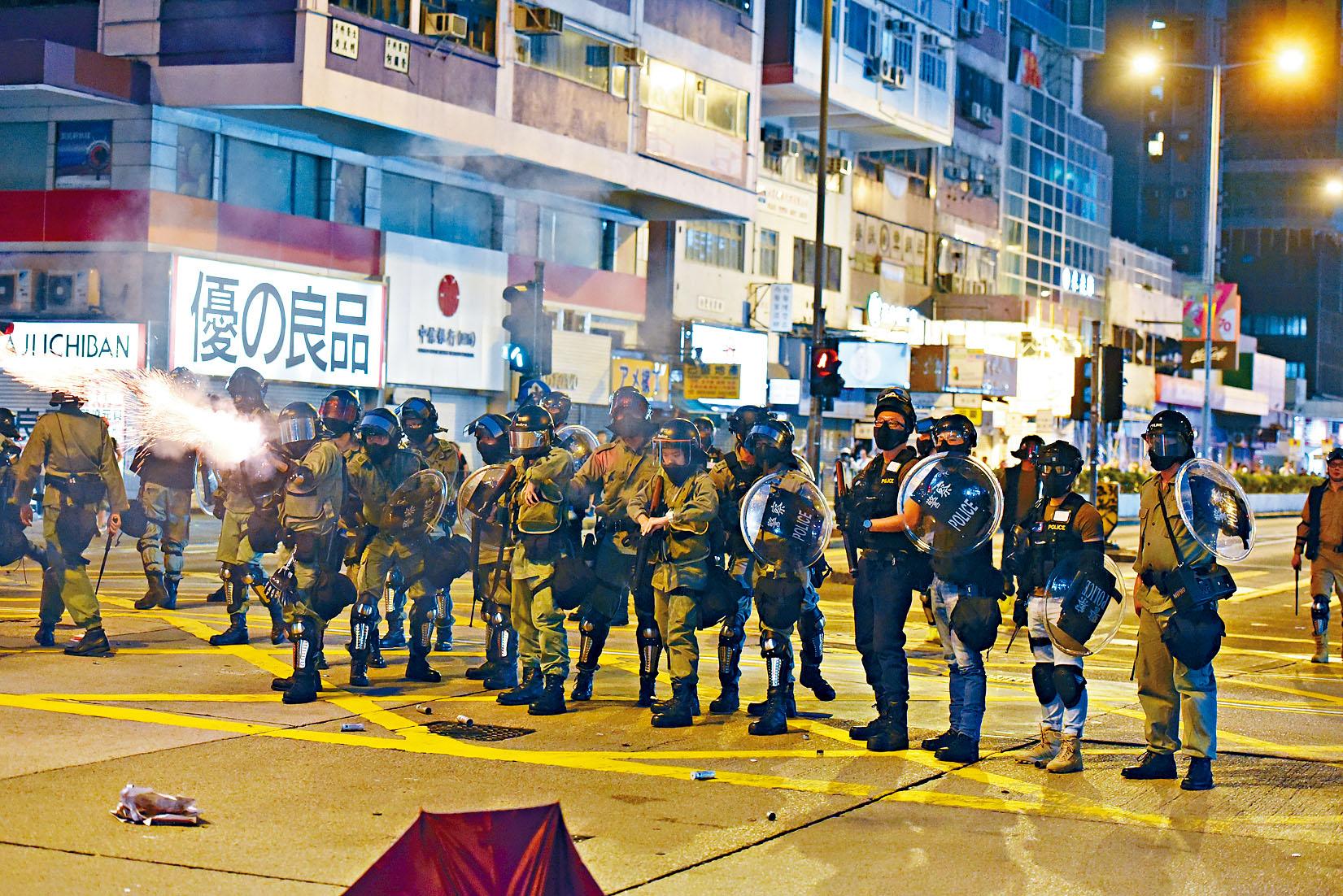 防暴警發射催淚彈,驅散激進示威者。黃文威攝