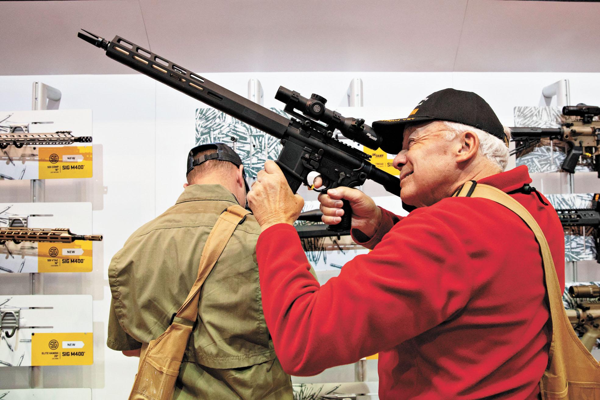 在美國,民眾可以輕易購買槍械,圖為民眾在美國步槍協會2019年槍展上試槍。資料圖片