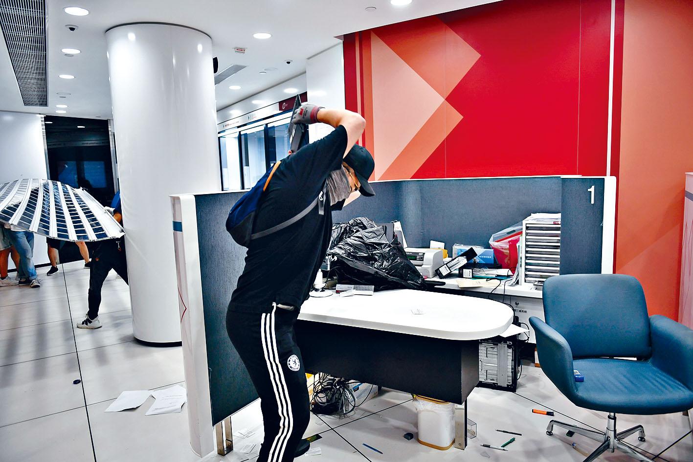 ■將軍澳中國銀行分行被示威者破壞。法新社