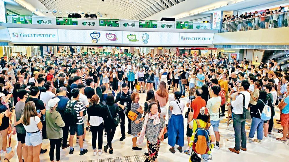 大批街坊及示威者集結新港城中心聲援被捕保安員。