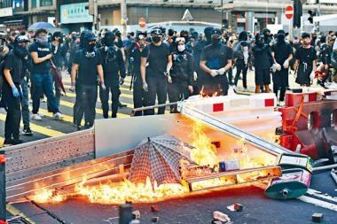 激進示威者四出破壞,並燒着雜物堵路。