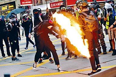 穿黑衣示威者在尖沙嘴堵路及投擲汽油彈。