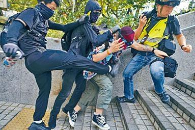 內地男子被兩名黑衣男圍毆。