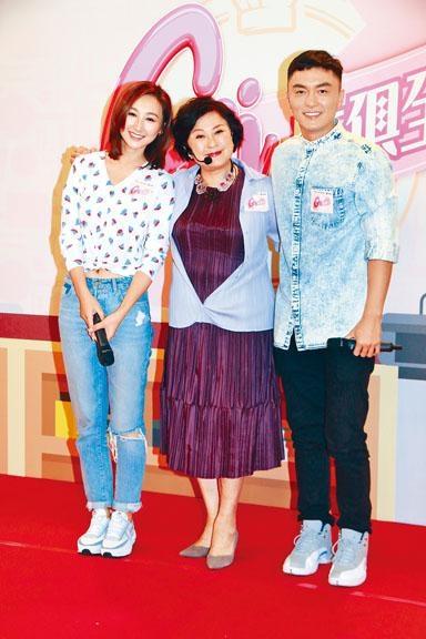 高海寧(左)與楊明(右),歡迎黃淑儀加盟邵氏拍攝新節目。