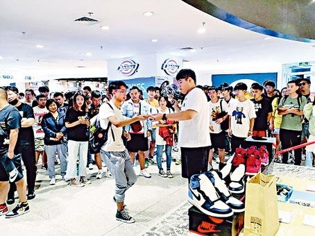 籃球鞋發售現場人氣火爆。